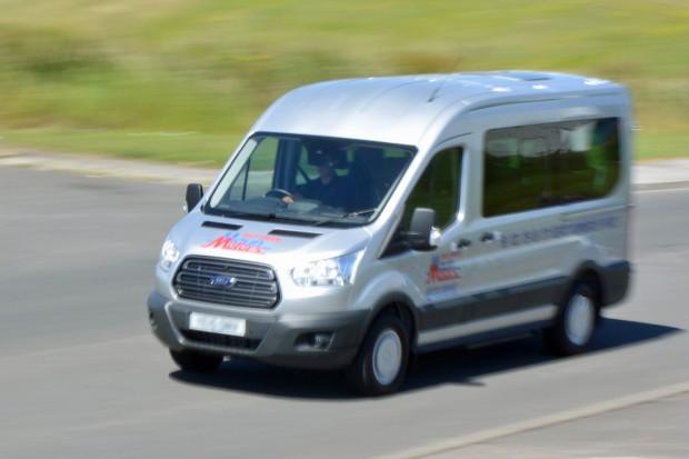 Ford Transit 12 Seat Minibus Mk8 (panning) 01